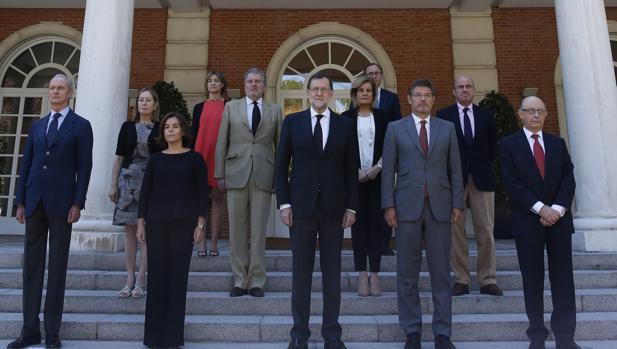 Rajoy, junto a su Gobierno, ayer en La Moncloa durante el minuto de silencio por el atentado de Niza