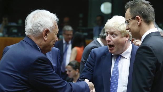 José Manuel García-Margallo (izq) saluda al nuevo ministro de Exteriores británico, Boris Johnson