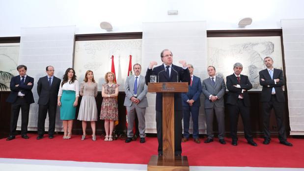 El presidente de Castilla y León explica los términos del acuerdo en presencia de todos los rectores