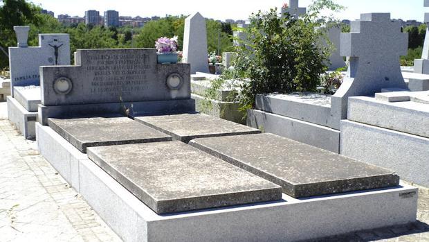 Conjunto de cuatro tumbas de los periodistas fusilados, en el cementerio de La Almudena
