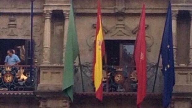 Imagen del Ayuntamiento de Pamplona, con las banderas oficiales