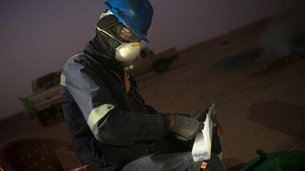 Un empleado de Angold con muestras de oro obtenido en Tijirit