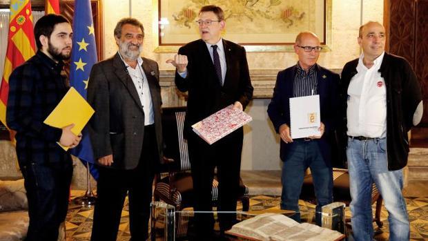 Representantes de Escola Valenciana con el presidente del Consell, Ximo Puig