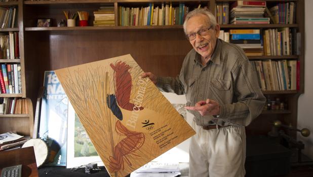 Enric Huguet, en su estudio de Barcelona, con uno sus carteles para Barcelona 92