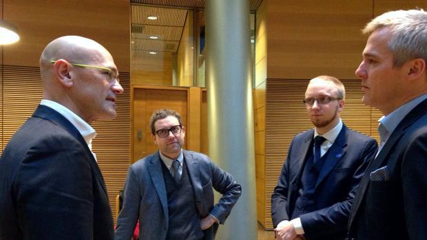 Romeva junto a varios políticos finlandeses, entre ellos Simon Elo (segundo por la derecha)