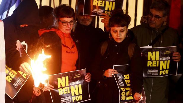 La diputada de la CUP Mireia Vehí (i), junto a otros miembros y simpatizantes de la CUP se concentran en Barcelona en apoyo de los cinco investigados por quemar fotos del Rey
