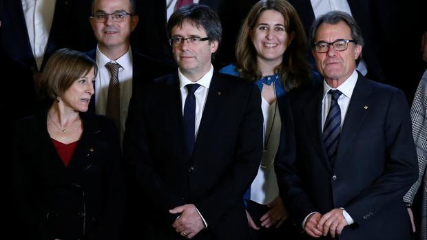 El presidente catalán, Carles Puigdemont, junto a Mas y Forcadell en la cumbre por el referéndum