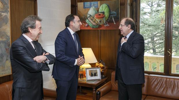 Herrera conversa con Polanco en presencia de De Santiago-Juárez