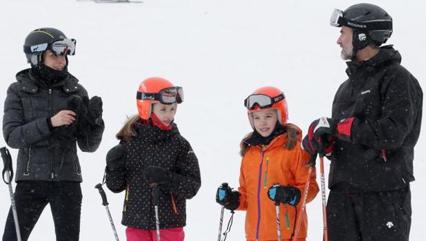 Los Reyes de España Felipe VI y la Reina Letizia con sus hijas la Princesa Leonor y la Infanta Sofía esquiando en la estacion de Astún