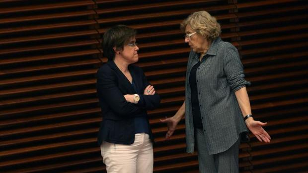 Causapié y Carmena discuten, conversan, en una imagen de archivo