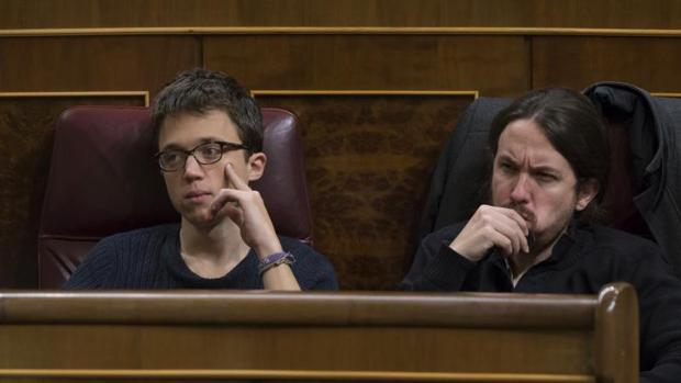 Pablo Iglesias e Íñigo Errejón en sus escaños en el Congreso de los Diputados
