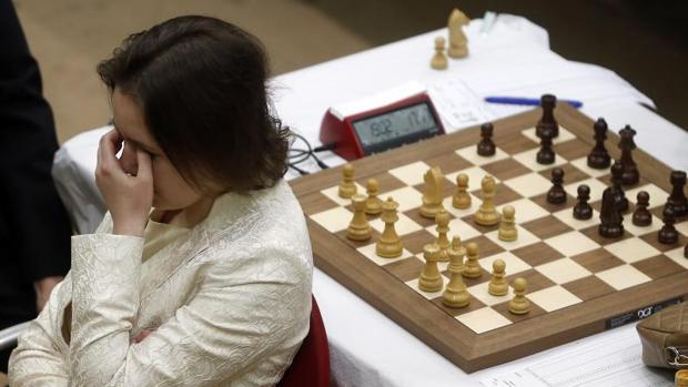Mariya Muzychuk, durante la partida «a la ciega», de espaldas y con traductor