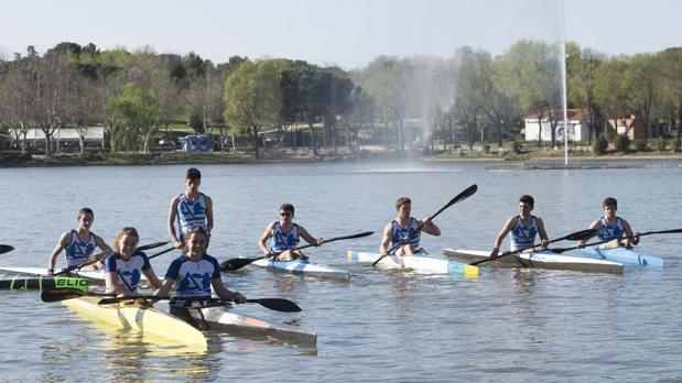 Un grupo de alumnos del club Alberche Kayak, de entre 17 y 21 años, entrena en el lago el pasado miércoles por la tarde