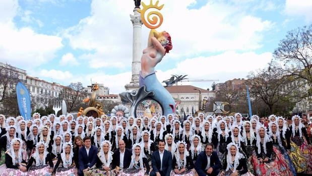 Las belleas y los representantes festeros e institucionales, junto a la hoguera plantada en Lisboa