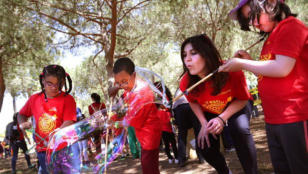 Niños y monitores, en la Festa Esplai de Fundesplai, hoy en El Prat de Llobregat