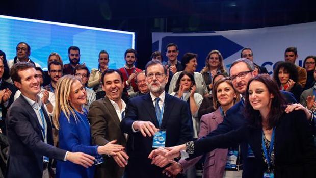 Cifuentes, junto a Rajoy y gran parte de la cúpula del PP, en el último congreso nacional del partido