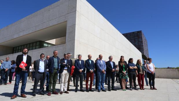 La presidenta de las Cortes, Silvia Clemente, los portavoces de los grupos parlamentarios y funcionarios del Parlamento, guardan un minuto de silencio contra el atentado de Manchester