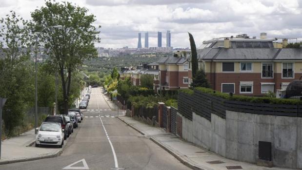 Una calle del barrio de Valdemarín, con la cuatro torres al fondo