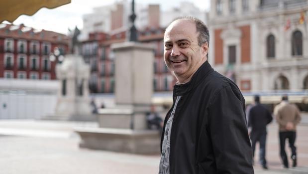 Fermín Herrero, de paseo en la Plaza Mayor de Valladolid