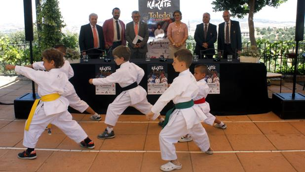 Un grupo de niños hace una exhibición ante la atenta mirada de las autoridades políticas