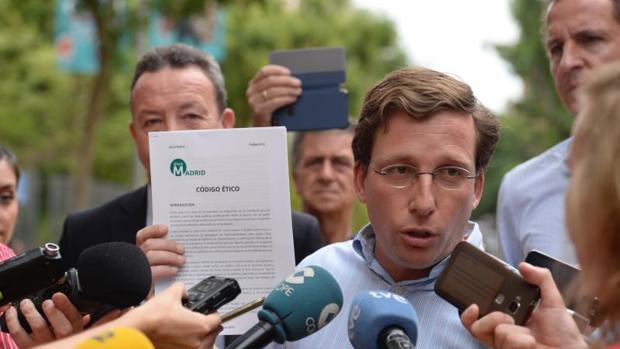 El portavoz del PP en el Ayuntamiento de Madrid, José Luis Martínez-Almeida, este martes en la calle Galileo