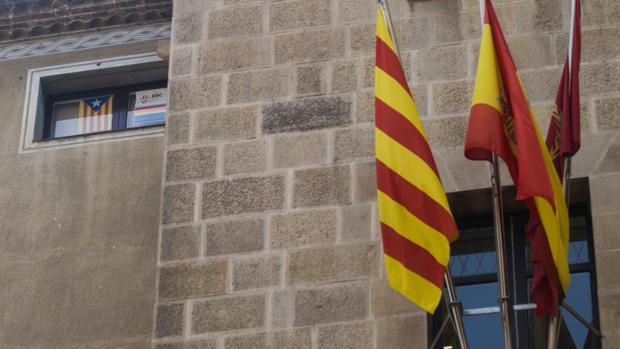Fachada del Ayuntamiento de Lérida, con el despacho de ERC a la izquierda