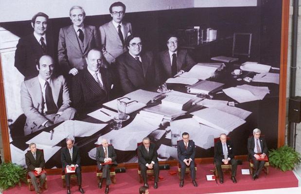 Los padres de la Constitución, durante un homenaje celebrado en Madrid el 2 de mayo de 2001