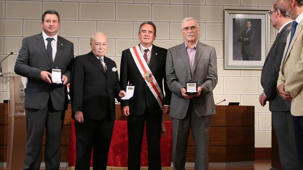 El presidente de la DPZ, junto a los galardonados