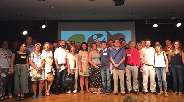 Padres del colegio de Castelldefels, miembros de la AEB y representantes políticos y sociales, ayer