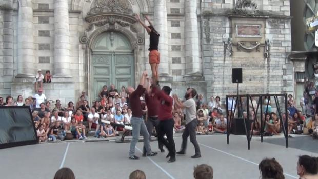 Miembros del grupo francés Rêve realizan una acrobacia