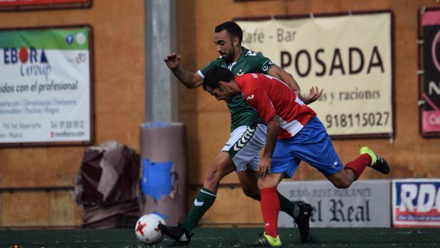 Carlos de Lerma disputa un balón con un rival del Navalcarnero