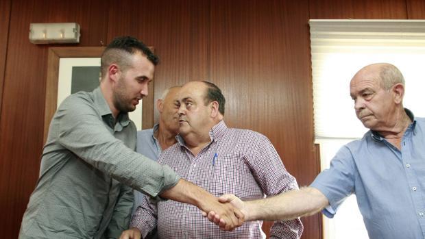 El recién elegido alcalde, Abraham Gerpe (i), con ediles del PP tras prosperar la moción de censura