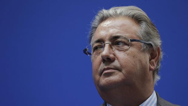 El ministro del Interior, Juan Ignacio Zoido, apuntó hoy que pese a que los accidentes mortales han descendido tanto en vías de alta capacidad como en carreteras convencionales en España