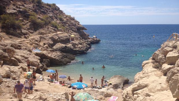 Nudistas Espantan A Gente Con Bañador De La Playa Racó Del Conill