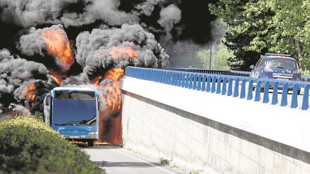 Un autobús de la EMT, en llamas, junto al Puente de los Franceses, el 27 de abril pasado