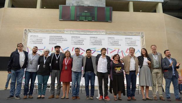 Alcaldes y alcaldesas participantes en la asamblea convocada este domingo por Podemos en Zaragoza