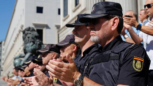 Concentración de apoyoa al los agentes desplegados en Cataluña, ayer en el Congreso