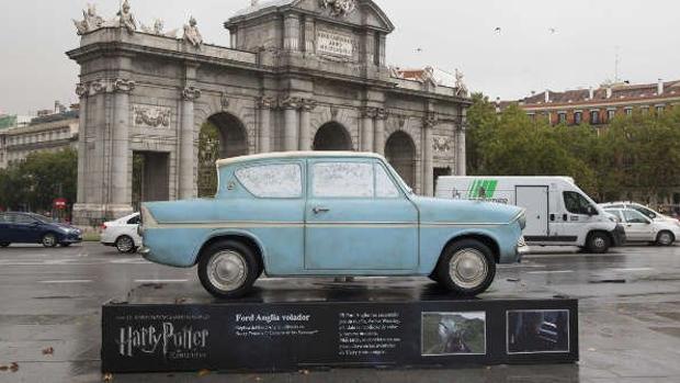 Réplica del Ford Anglia volador en la plaza de la Independencia