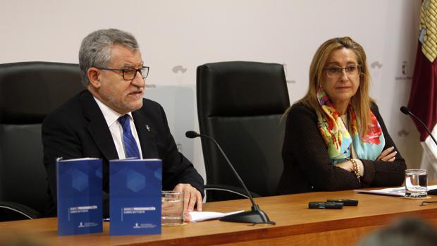 Ángel Felpeto junto a la directora de Formación del Profesorado, Virtudes Pardillo