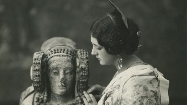 Retrato de Pepita Samper junto a la Dama de Elche realizado en 1929