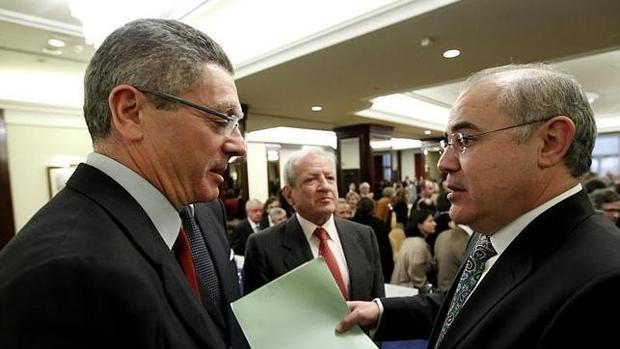 Llarena charla con el exministro Alberto Ruiz-Gallardón, en una imagen de archivo