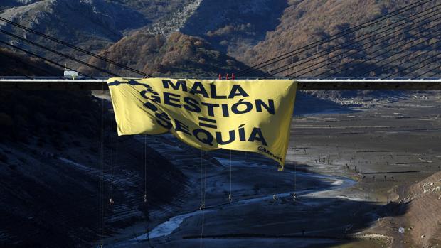 Pancarta de Greenpeace desplegada en Barrios de Luna