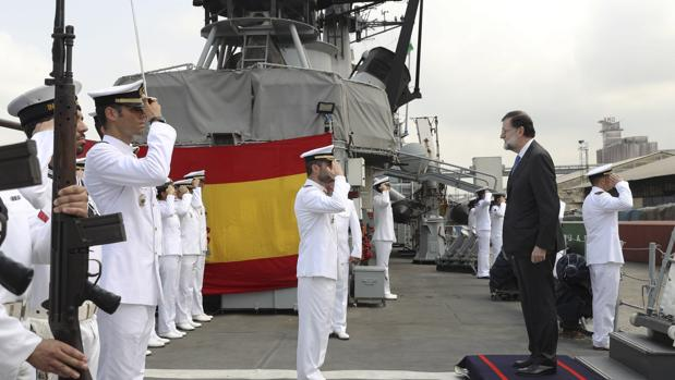 Rajoy,, en el patrullero Infanta Cristina, en el puerto de Abiyán