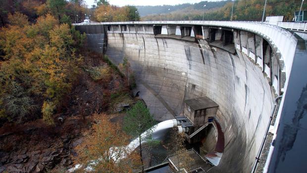El embalse de Eiras soltando agua al río Oitavén