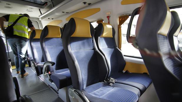 Interior de un vehículo para el transporte escolar