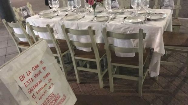 «Cena de Nochebuena» celebrada con sillas vacías en Galdácano en homenaje a 11 etarras