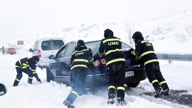 Así es la UME: los militares que rescataron de la nieve a más de 3.000  vehículos