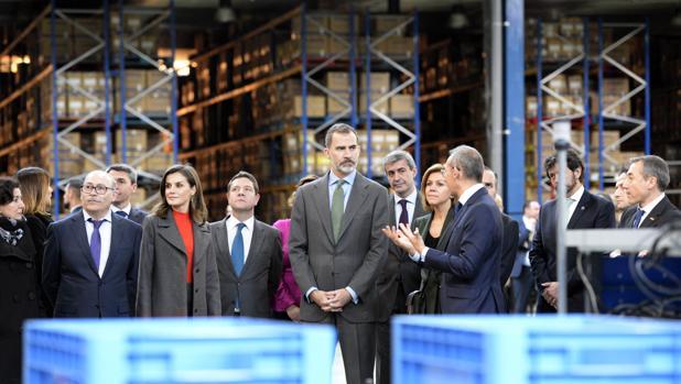 Los Reyes, en el almacén de Joma, junto a Fructuoso López, García-Page y Cospedal