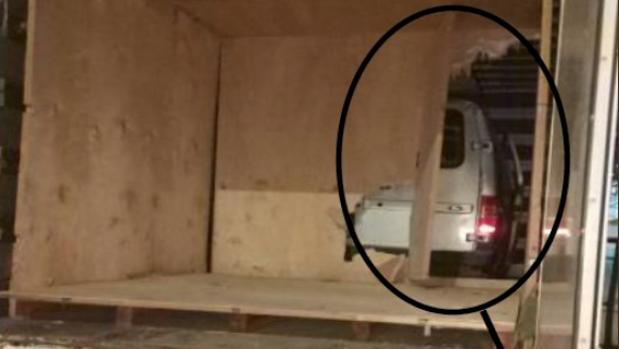 La furgoneta dentro del remolque del camión