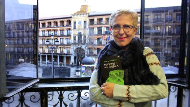 La poeta toledana posa para ABC con la plaza de Zocodover al fondo